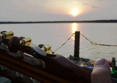 Gitarre auf einem Floß