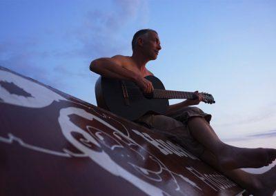 Gitarrist auf Floßdach