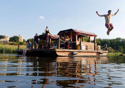 Mann springt von Floß ins Wasser