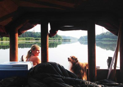 Frau mit Hund auf einem Huckleberrys Floß